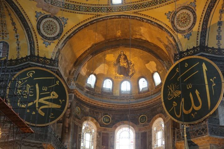 lukisan yesus diantara kaligrafi allah dan muhammad