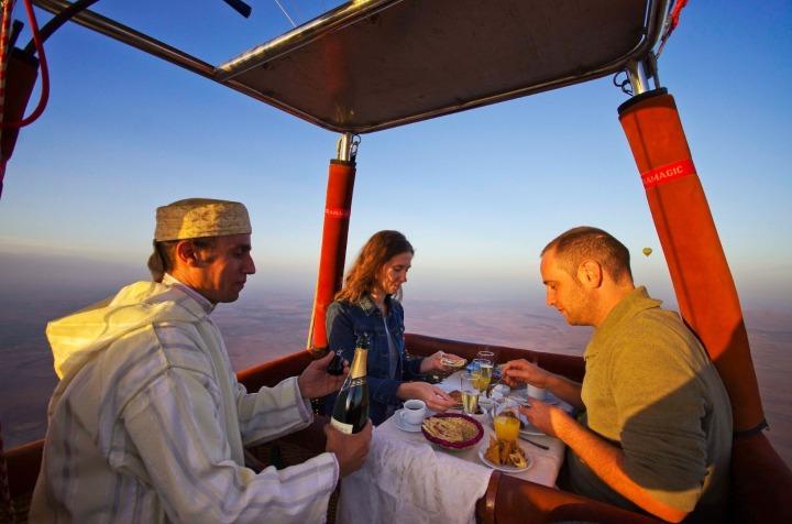 tour ke maroko pengalaman naik balon udara makan di balon udara